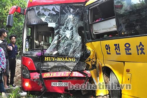 2 xe khách đối đầu, tài xế và phụ xe bị kẹt trong cabin