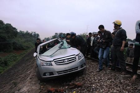 Xe ô tô bị tàu hỏa kéo lê một đoạn dài hơn 100m