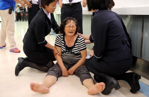 Người nhà một hành khách trên chuyến bay đã khóc khi nhận hung tin. Ảnh: SCMP