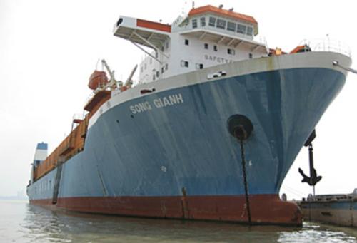 Sông Gianh, một trong những tàu thuộc đội tàu Lash từng được miêu tả là tàu ma.