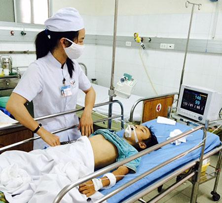 Nạn nhân nhập viện trong tình trạng nguy kịch do rắn hổ mèo cắn.