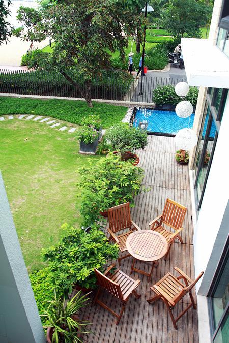 Không gian được phủ xanh với sân vườn rộng đầy cỏ cây, liền kề bên bờ sông lộng gió.