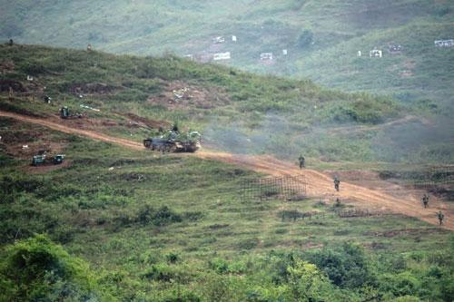 Xe tăng của Lữ đoàn 201 (Binh chủng Tăng - Thiết giáp) dàn đội hình dùng hỏa lực tiêu diệt các mục tiêu.