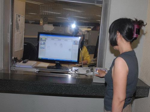Lấy dấu vân tay, một trong những công đoạn của việc cấp visa tại Tổng Lãnh sự quán Mỹ ở TP HCM  Ảnh: THẾ SỰ