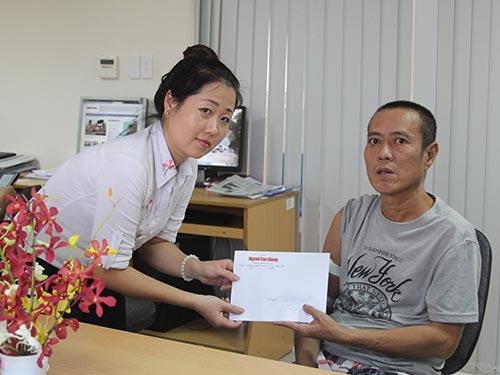 Đại diện Báo Người Lao Động trao tiền cho anh Đỗ Mạnh Sơn