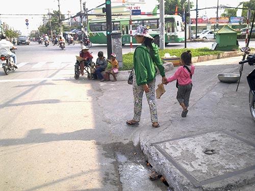 Ngã tư Trung Chánh (giáp ranh huyện Hóc Môn và quận 12) luôn có đông trẻ em người Campuchia bị chăn dắt, bắt ra ngồi phơi nắng xin tiền