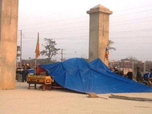 Người dân mang quan tài đặt trước cổng Nhà máy Xi măng Xuân Thành để phản đối việc nhà máy gây ô nhiễm