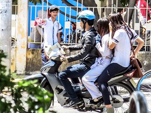 Học sinh thoải mái đi xe hàng 3, 4; thậm chí dùng xe máy chở 3, lại không đội mũ bảo hiểm