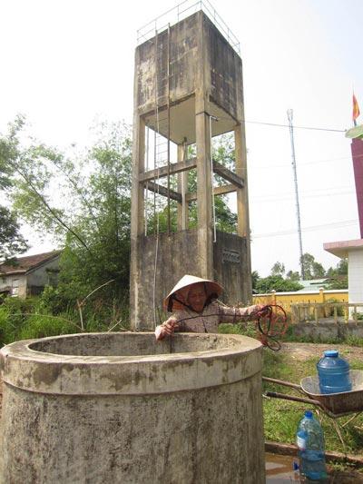 Người dân thôn Nam Phước, xã Đại Tân, huyện Đại Lộc, tỉnh Quảng Nam phải dùng nước giếng nhiễm phèn ngay cạnh công trình nước sạch tiền tỉ