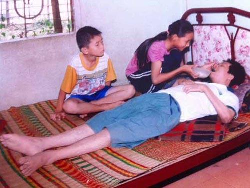 Hai con phải bỏ học để chăm sóc cha bị tai nạn liệt người