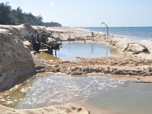 Bờ biển xã Vinh Thanh, huyện Phú Vang, tỉnh Thừa Thiên - Huế bị băm nát vì khái thác cát bừa bãi