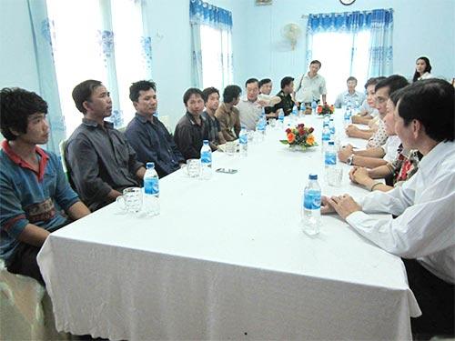 UBND tỉnh Quảng Ngãi gặp gỡ 6 ngư dân bị Trung Quốc bắt giữ trở về vào ngày 17-7