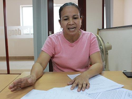 Bà Nguyễn Cẩm Vân, đại diện ủy quyền của ông Phạm Văn Ngọc, trình bày bức xúc với Báo Người Lao Động