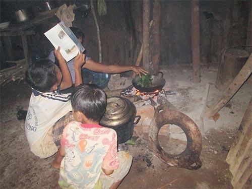 Không có điện, tối đến nhiều người dân sóc Xà Nạp chỉ biết quây quần  bên bếp lửa