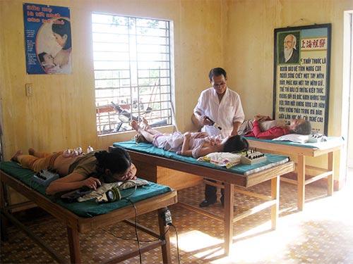 Bác sĩ Lê Văn Thi luôn tận tình chăm sóc bệnh nhân nghèo tại Phòng khám Từ thiện Hoa Mai