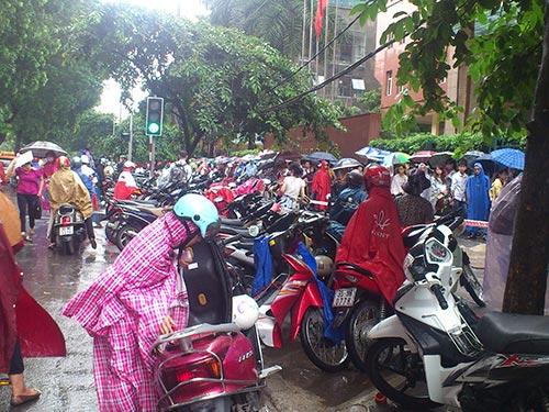 Hàng ngàn người đội mưa xếp hàng nộp hồ sơ dự tuyển vào Cục Thuế Hà Nội Ảnh: THẾ KHA