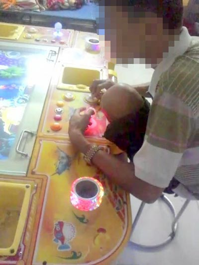Một nam thanh niên đang say mê trò bắn cá ở một tiệm game trên đường Hiệp Bình, quận Thủ Đức, TP HCM