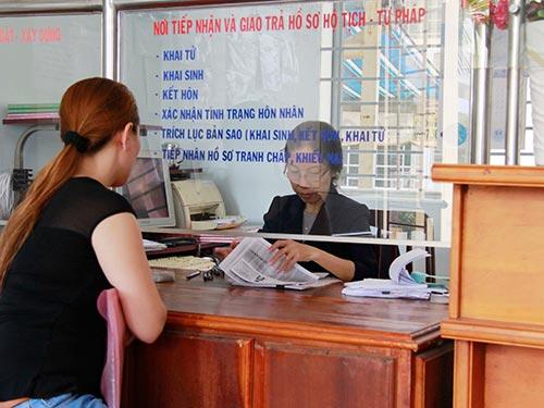 Người dân làm giấy khai sinh cho con tại UBND phường Bình Thọ, quận Thủ Đức, TP HCM  Ảnh: HOÀNG TRIỀU