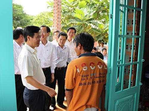 Phó Bí thư Thường trực Thành ủy TP HCM Võ Văn Thưởng cùng nhà tài trợ bàn giao nhà tình thương cho hộ nông dân