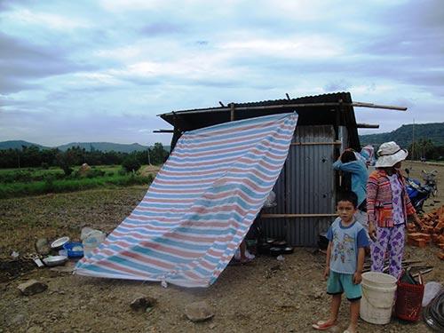 Bà Lê Thị Hà (ngụ xã An Hiệp, huyện Tuy An, tỉnh Phú Yên) dựng chòi tạm ở khu tái định cư đồng Cây Dông