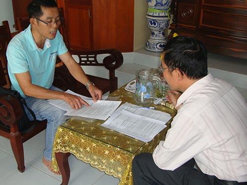Ông Đinh Trọng Thúc (trái) trình bày những bức xúc trước việc bị xử phạt oan ức