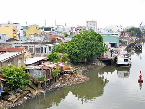 Rất nhiều hộ dân sống trên đường Tôn Thất Thuyết (quận 4, TP HCM) vi phạm hành lang bảo vệ kênh Tàu Hũ Ảnh: TẤN THẠNH