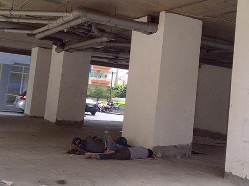 Tầng trệt chung cư 155 Nguyễn Chí Thanh (phường 9, quận 5, TP HCM) luôn có người nghiện tá túc  mỗi ngày