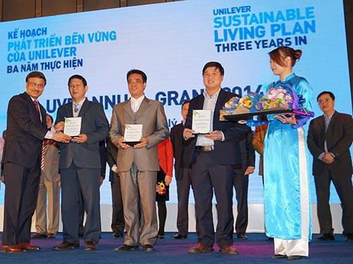 Ông J.V. Raman, Chủ tịch Công ty Unilever, trao tặng 3 giải thưởng cho các dự án thuộc lĩnh vực môi trường - xử lý rác thải