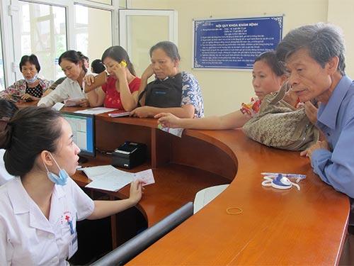 Cuối năm 2014 giá dịch vụ y tế sẽ điều chỉnh tại các bệnh viện tuyến trung ương. Trong ảnh: Làm thủ tục khám bệnh tại Bệnh viện K trung ương