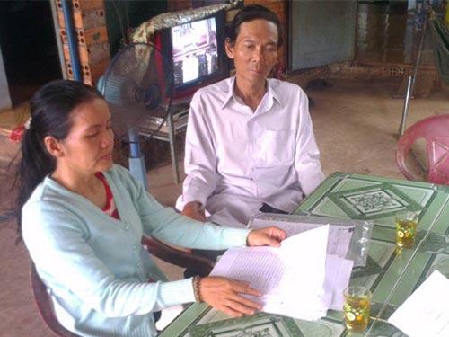 Bà Nguyễn Thị Lựu bức xúc về việc cơ quan chức năng huyện Tân Thành, tỉnh Bà Rịa - Vũng Tàu chậm giải quyết vụ tai nạn giao thông làm chết con trai của bà Ảnh: TRƯỜNG HOÀNG