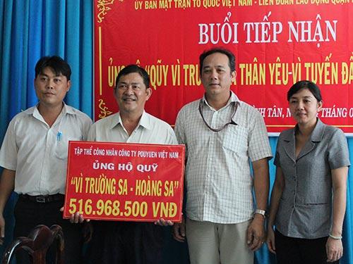 Ông Củ Phát Nghiệp, Chủ tịch Công đoàn Công ty Pou Yuen (thứ 2 từ phải qua), trao tiền ủng hộ Hoàng Sa, Trường Sa Ảnh: THANH NGA