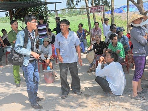 Nhiều người dân bức xúc tập trung trước bãi rác quận Ô Môn vào sáng 20-4