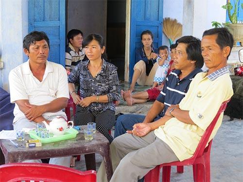 Vợ chồng ông Võ Đạt (bìa trái) và người thân ngóng chờ tin tức 6 ngư dân bị Trung Quốc bắt giữ trái phépẢnh: TRANG THY