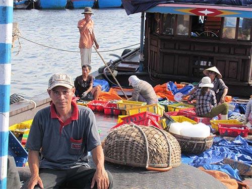 Chủ tàu ĐNa 90571-TS Trần Lúi vui mừng khi nhận được tin Quỹ Tấm lòng vàng Người Lao Động trao tiền hỗ trợ vươn khơi bám biển