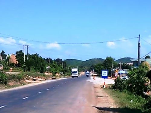 Một xe tải thoải mái vượt trạm cân số 55 tại xã Cửu An, thị xã An Khê, tỉnh Gia Lai vào sáng 23-5