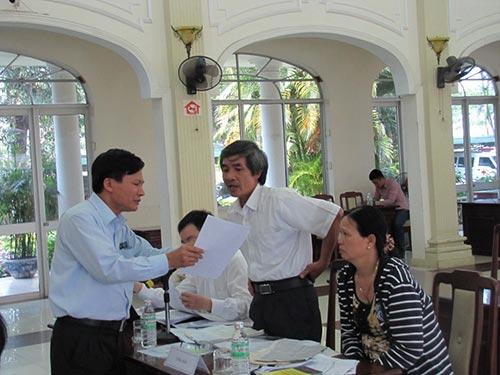 Tại buổi đối thoại, nhiều lần ông Bùi Ngọc Lam - Cục trưởng Cục Giải quyết khiếu nại tố cáo và Thanh tra khu vực II, Thanh tra Chính phủ (bìa trái) - đến tận bàn để giải thích với người khiếu nại
