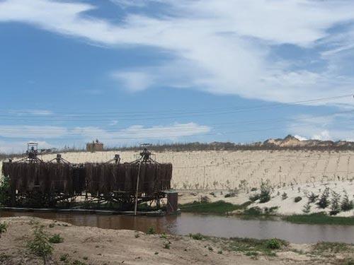 Một dự án khai thác titan ở xã Hòa Thắng, huyện Bắc Bình, tỉnh Bình Thuận làm biến dạng bờ biển Ảnh: BẠCH LONG