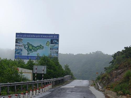 Tuyến đường 5 km đã được trải nhựa dẫn từ đèo Hải Vân xuống khu vực triển khai dự án. Ảnh: HOÀNG DŨNG