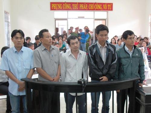 Một số bị cáo nguyên là sĩ quan công an TP Tuy Hòa và tỉnh Phú Yên bị đưa ra xét xử về tội dùng nhục hình đối với nghi phạm Ảnh: HỒNG ÁNH
