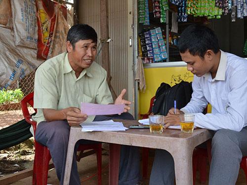 Ông Phạm Hữu Hùng (trái) trình bày bức xúc vì các con không nhận được tiền hỗ trợ theo quy định
