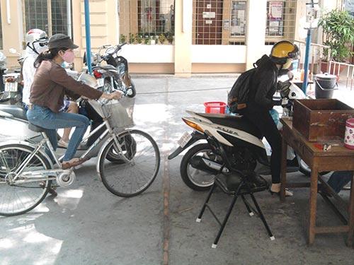 Đối với sinh viên, ngoài bãi xe của nhà trường, việc tìm nơi gửi xe đạp là rất khó khăn. Trong ảnh: Sinh viên gửi xe đạp tại bãi xe Trường ĐH KHXH-NV TP HCM