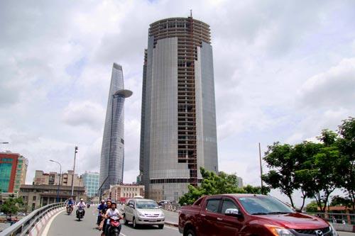 Tòa nhà Saigon One Tower 42 tầng thi công dang dở Ảnh: Hoàng Triều