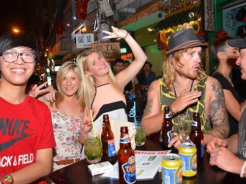 Uống bia trên vỉa hè đường Bùi Viện, quận 1, TP HCMẢnh: TẤN THẠNH