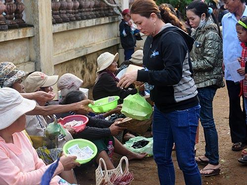 Đội ngũ người ăn xin đông đúc trước chùa Thiên Ấn (tỉnh Quảng Ngãi) Ảnh: Tử Trực