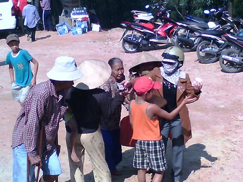Người ăn xin chèo kéo, xin tiền khách hành hương tại khu tượng Phật bà Quán Thế âm Bồ tát Ảnh Quang Nhật