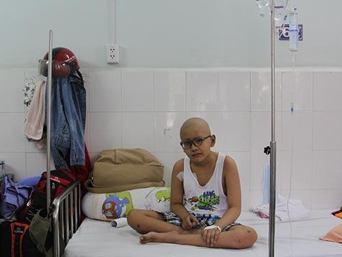 Cháu Dương Mai Huy đang điều trị tại Bệnh viện Nhi Đồng 2 (TP HCM)