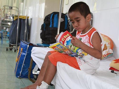 Cháu Hồ Thanh Hoàng đang được điều trị  tại Bệnh viện Nhi Đồng 2