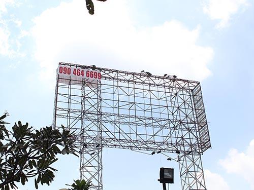 Khung quảng cáo ở đường Nguyễn Văn Bá, phường Trường Thọ, quận Thủ Đức,  TP HCM gỉ sét đã lâu