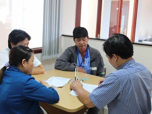Ông Trần Văn Tài (thứ 2 từ phải qua) trình bày bức xúc về việc Công an huyện Đức Hòa chậm giải quyết vụ tai nạn giao thông