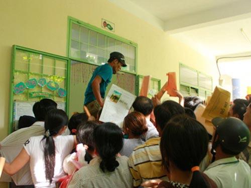 Chen lấn nhau nộp hồ sơ cho con vào trường mầm non tại Đà Nẵng Ảnh: THANH TUẤN